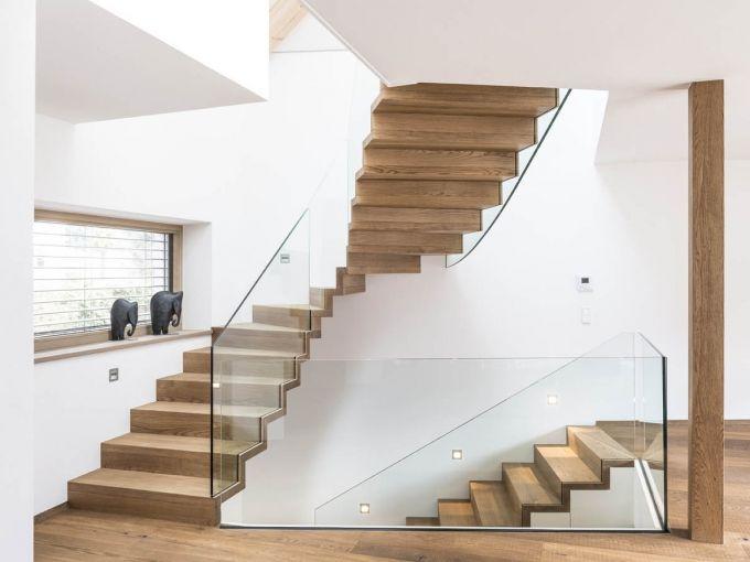 leichtigkeit vermittelt diese zum teil frei nach oben schwebende faltwerktreppe mit glasgel nder. Black Bedroom Furniture Sets. Home Design Ideas