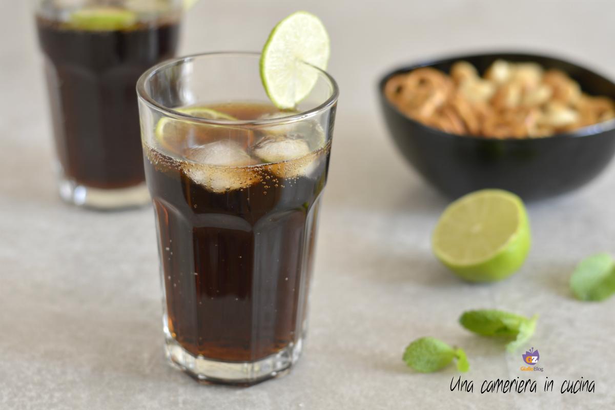 Coca e rum Cuba libre - Cocktail - Una cameriera in cucina