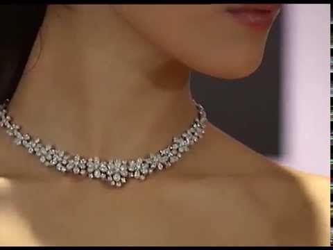 73cfbd9557ca Collar con diamantes - Desfile de El Corte Inglés - YouTube Collar Blanco