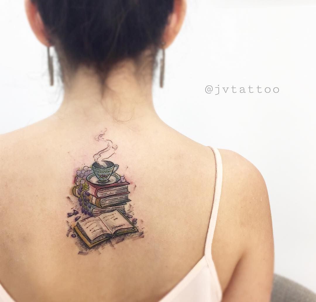 Tatuagem criada pelo tatuador JV Tattoo de Vitória.    Amor por leitura. Livros e café em cima da mesa.