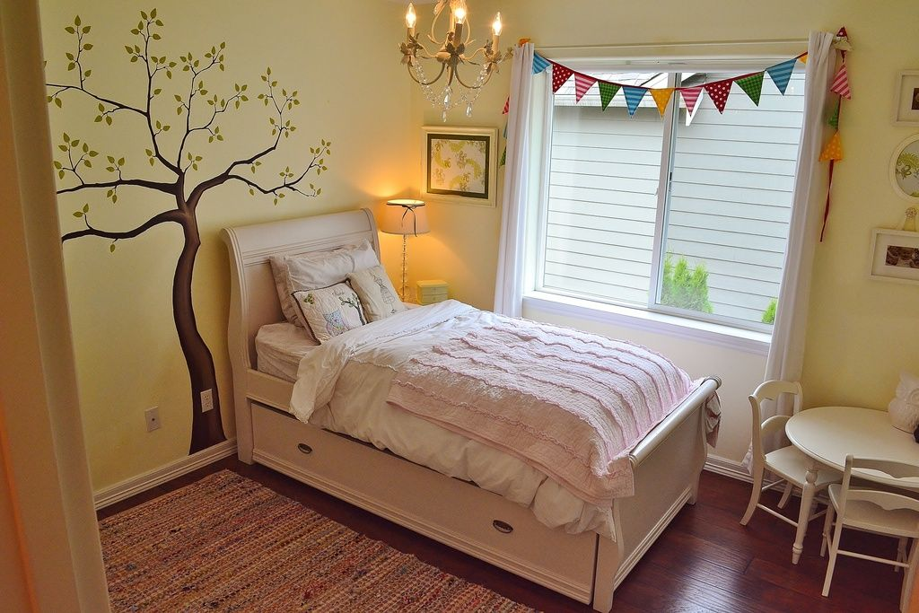 Great Traditional Kids Bedroom with Carpet & Mural in