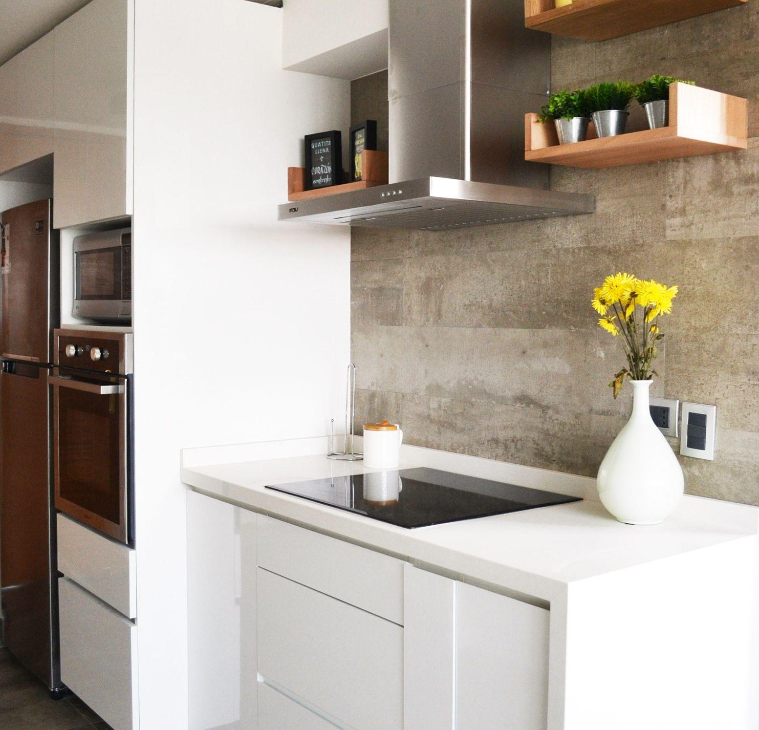 Cocina Blanca Y Salpicadero De Porcelanato Tipo Hormigon Por Estudio Perimetro Salpicadero Cocina Cocinas Enchapadas Cocinas De Casa
