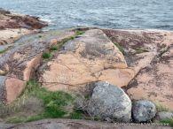 Eniten piirroksia Haunsuolen kallioissa on 1500-1600-luvuilta.Sataman madaltuessa ja purjelaivakauden alkaessa mennä ohi piirrosten määrä väheni.Hauensuolen kivipiirrosalueen on Museoviraston inventoinut valtakunnallisesti merkittäväksi rakennetuksi kulttuuriympäristöksi.Se on Unescon maailmanperintölistan alustavalla listalla odottamassa pääsystä ehdokaslistalle. Hauensuoli on ainutlaatuinen muinaisjäännekohde. Kuva Jukka Parkkinen, Tuija Wetterstrand