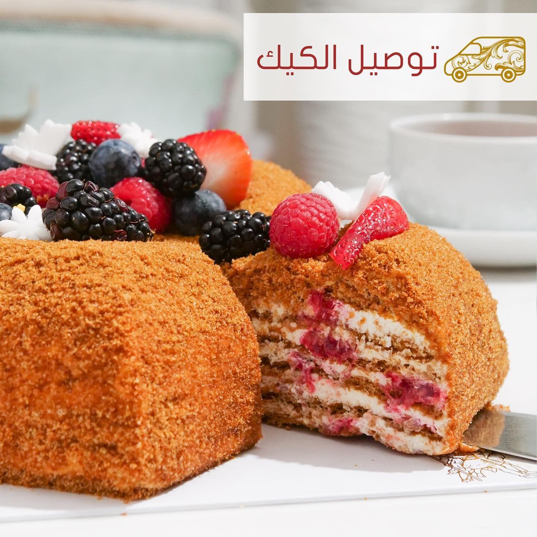 كيكة العسل بالتوت طبقات من كيك العسل الإسفنجي والكريمة الحامضة المحلاة وتوت العليق مزين بحبيبات الوافرز والتوت المشكل Raspberry Honey Breakfast Food Cake