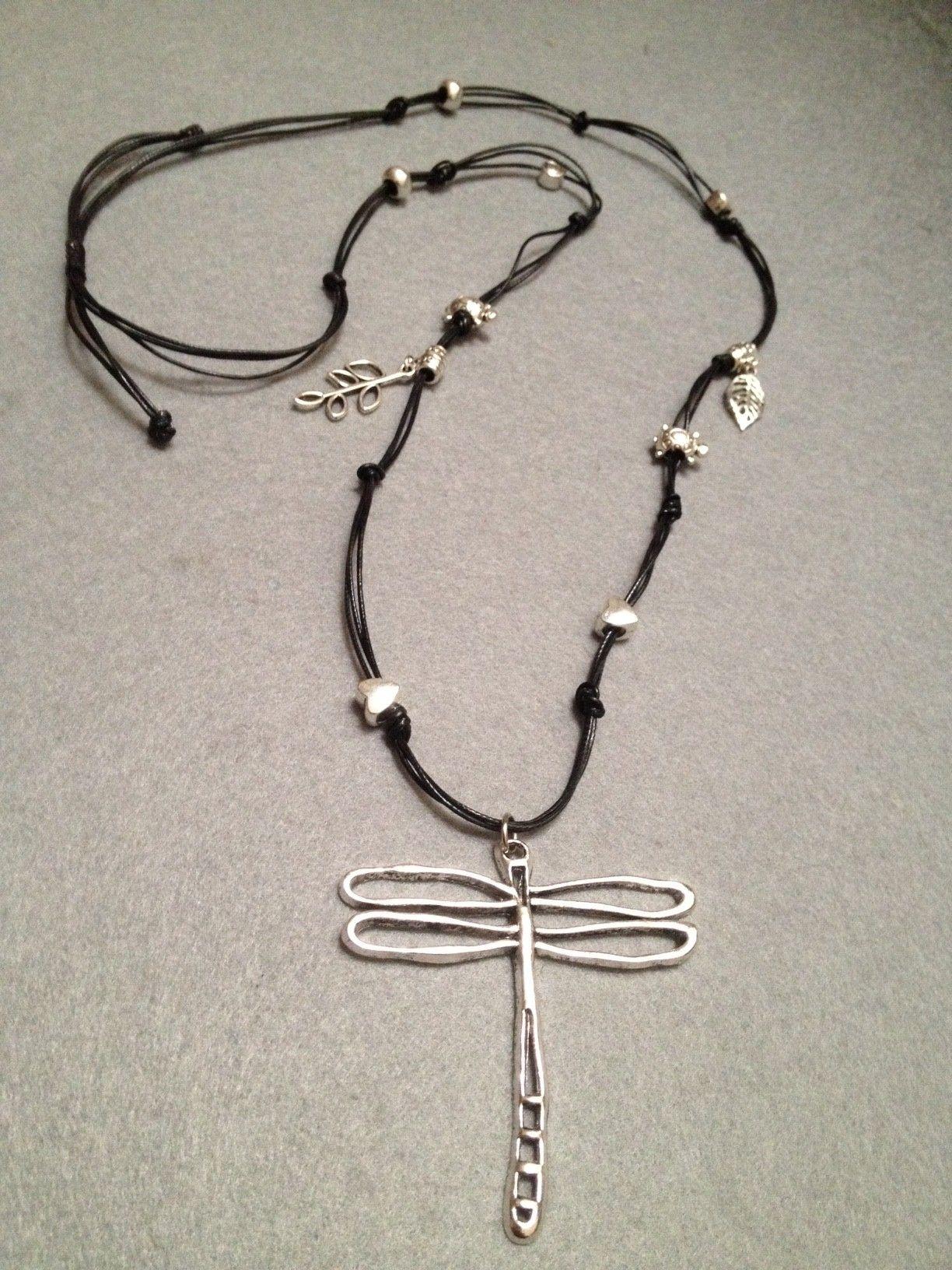 8d199585f4ad Collar de hilo encerado y detalles en metal Diseño Sonia de la Torre ...