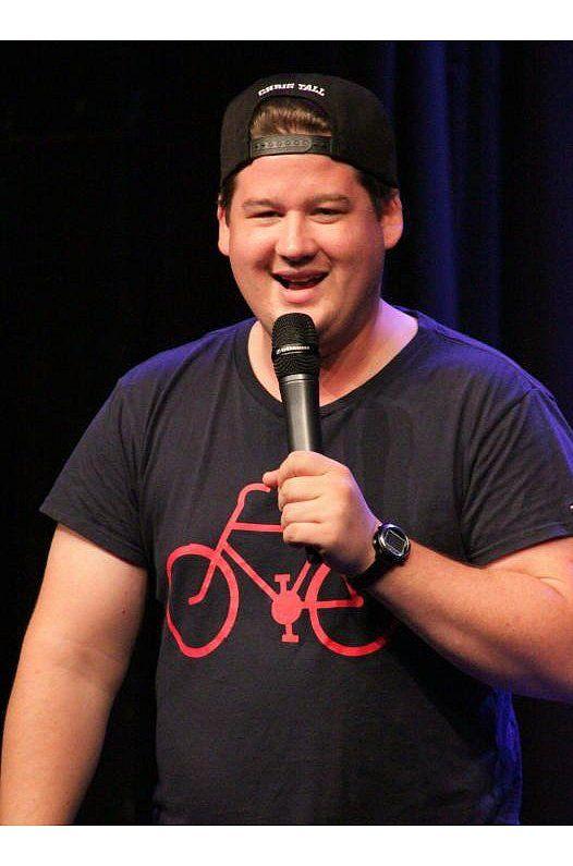 Uber Die Schulzeit Und Nervige Mutter Hat Chris Tall Einiges Zu Erzahlen C Nicolas Broggelwirth Jungs Comedy Komodien