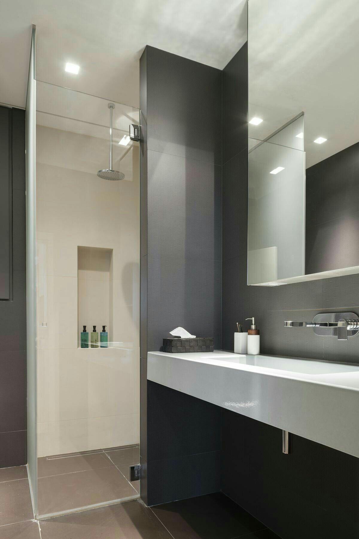Pin de emilia en bathroom ba os modernos inspiraci n for Distribucion banos pequenos diseno
