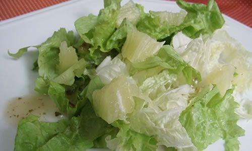 Ingredientes  1 pé de acelga  4 fatias de abacaxi maduro em cubos  2 colheres (sopa) de uva passa preta sem caroço  2 colheres (sopa) de azeite  1 xícara (chá) de iogurte  2 colheres (sopa) de suco de limão  Sal e pimenta-do-reino a gosto