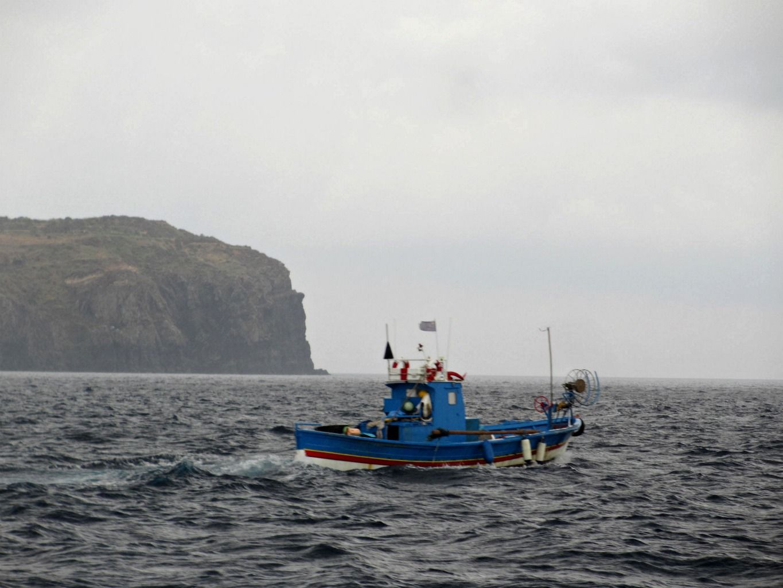 9 Agosto 2013. il peschereccio di Cristoforo sfida il brutto tempo e il temporale in arrivo per andare a ritirare le reti. #Ventotene #pesca