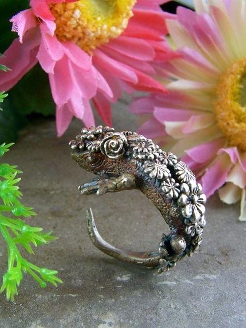 ring of a lizard with flower scale by HOASHI YUSUKE「joy(うろこが花になったトカゲ)」