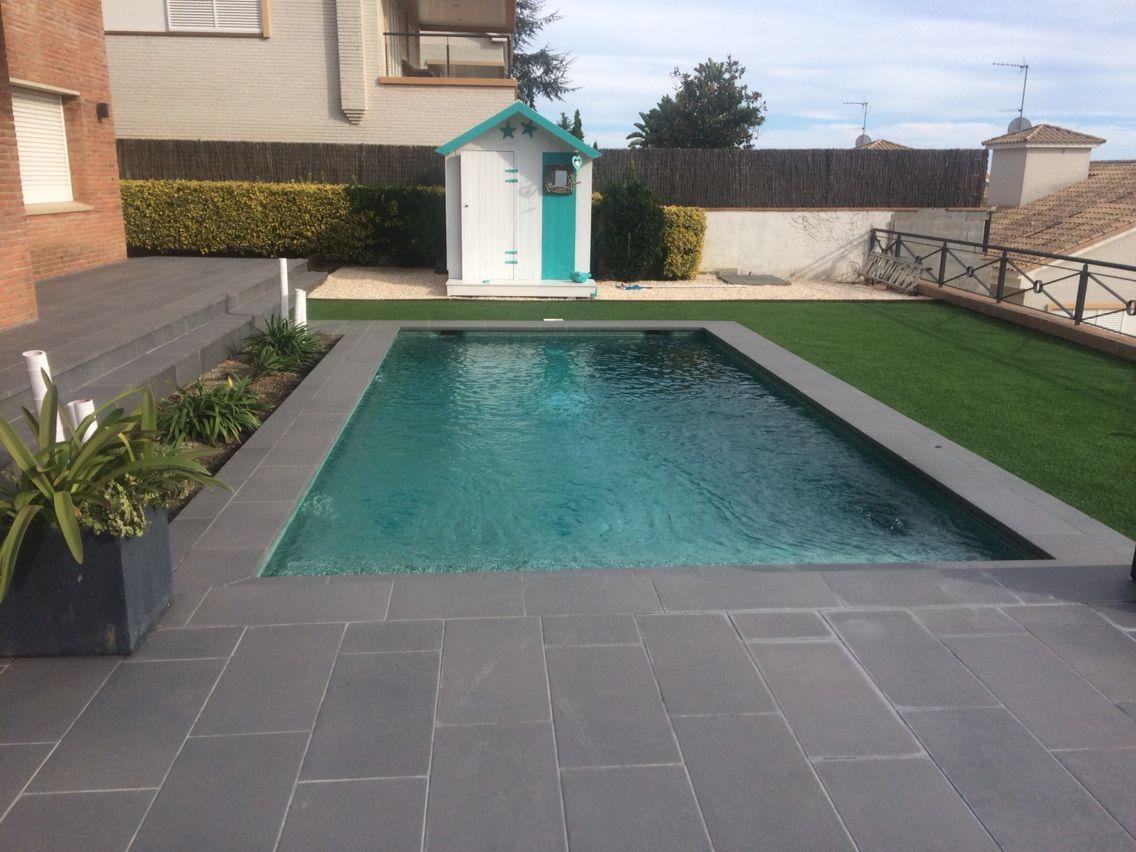 esta piscina combina el gresite verde con un porcel nico