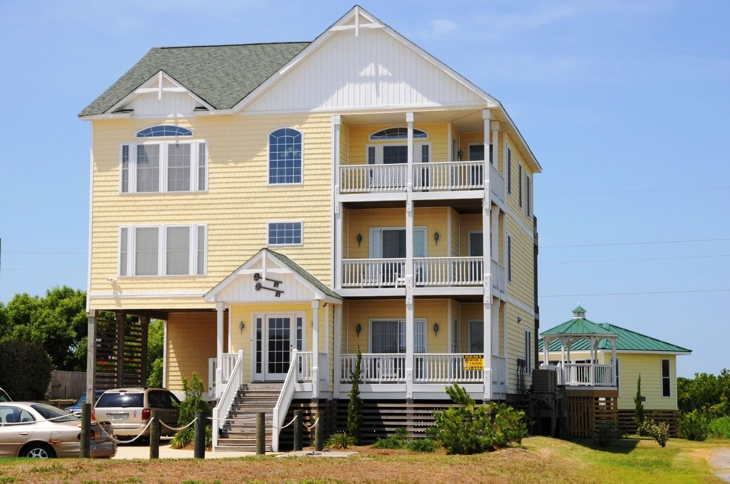 A Perfect Outer Banks Nc 8 Bedroom House Rental In South Nags Head Located Semi Oceanfront Fronts Beach Road