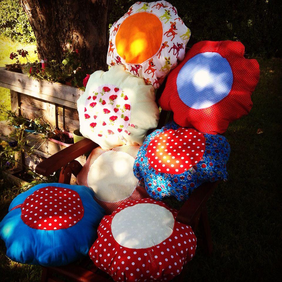 Viele bunte sitzkissen fürs Gartenhäuschen #zwergenplätzchen #nähen #nähenmachtglücklich #bunt