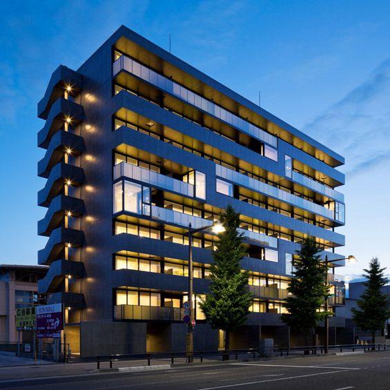 A Niigata au Japon, l'architecte Takuy Ahasokai vient de livrer ce complexe de 56 logements. Situé à proximité d'une gare et dans une rue tr...