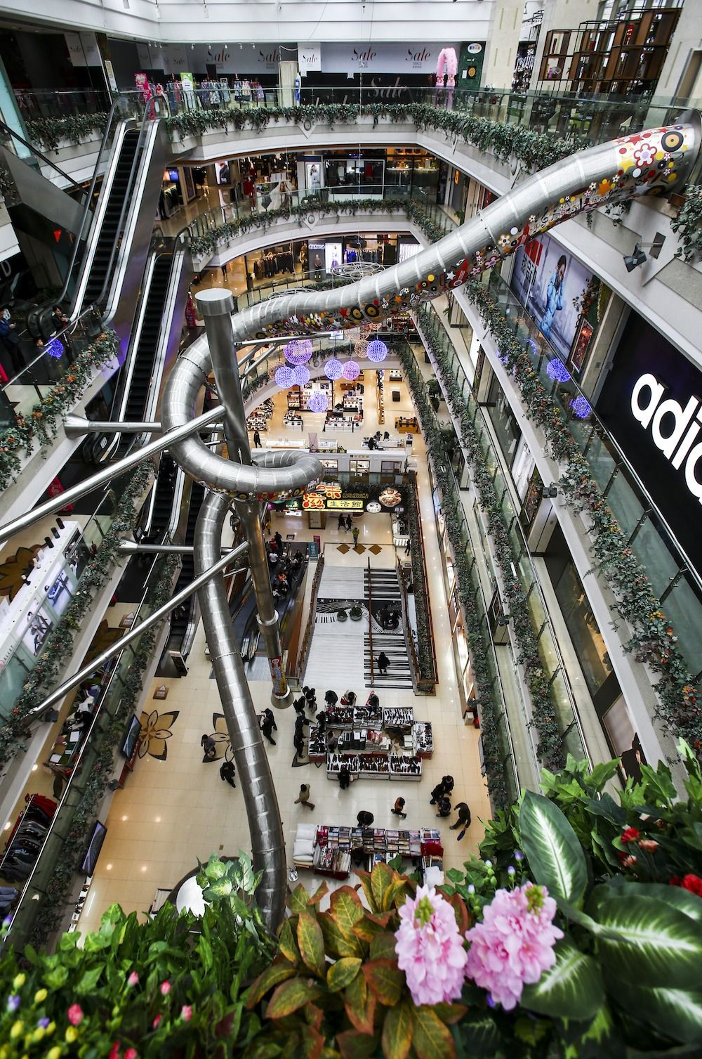 Five Storey Slide In Shanghai Mall Sparks Concerns Among Netizens Shopping Mall Design Shopping Mall Architecture Shopping Mall Interior