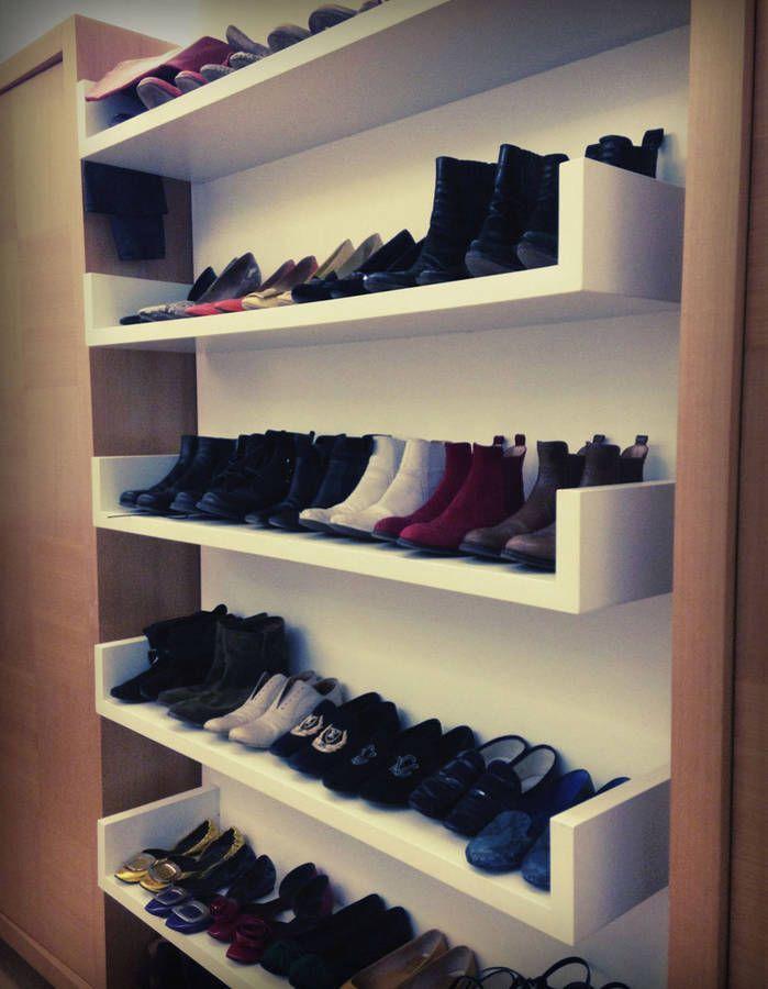 les chaussures dans une biblioth que rangement sous escaliers escaliers pinterest. Black Bedroom Furniture Sets. Home Design Ideas
