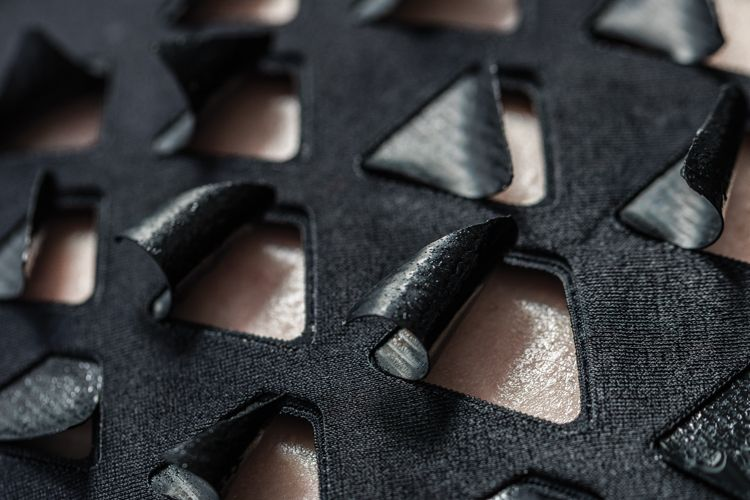 mit-médias-labs-biologique-matériau réagit à la chaleur corporelle et-sueur-4
