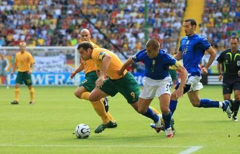 Mark Viduka battling with Italy 2006