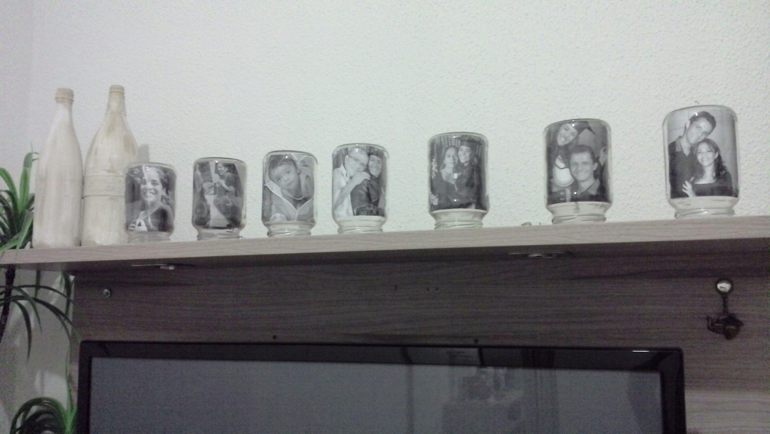 Copiei a ideia e ameeeii!!  ao lado, garrafas de suco de uva foram texturizadas com barbante e restos de tinta de parede .