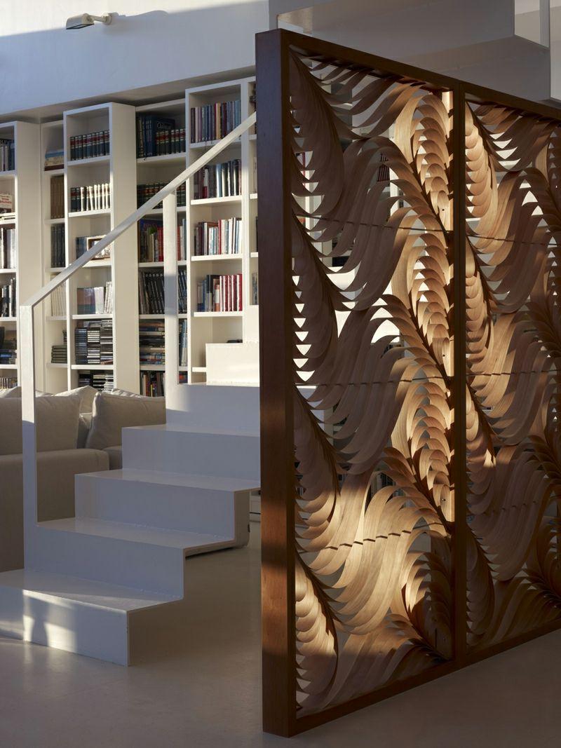 stilvolle moderne raumteiler definieren wohnbereich, ein raumteiler aus dünnen, gebogenen holzleisten | wandgestalltung, Design ideen