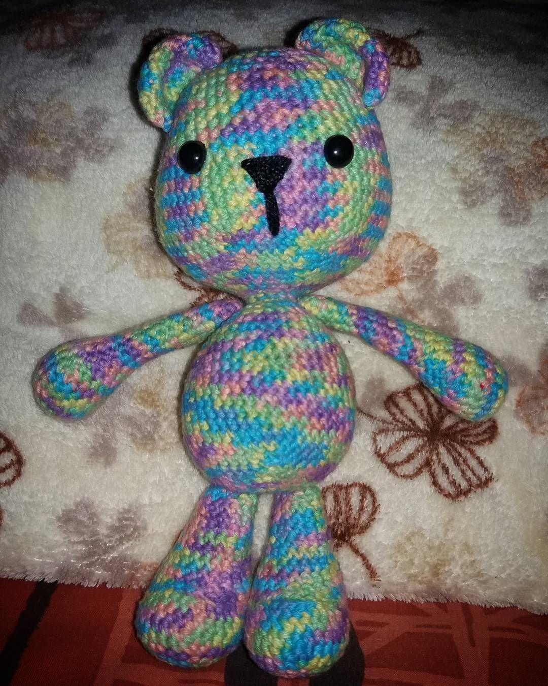 nicolemp17:: Otro de mis pendientes terminado! Este osito lo tenía hace meses sin piernas y orejas. Peroooo ya esta!    Patrón: @esunmundoamigurumi  Hilo: Sole de @hiladoslho  Crochet: 3 mm  #crochet #crochetersofinstagram #crochetaddict #amigurumi #amigurumidoll #bear #amigurumibear #handmade #hechoamano #hechoconamor #hechoenchile #elclubganchillero