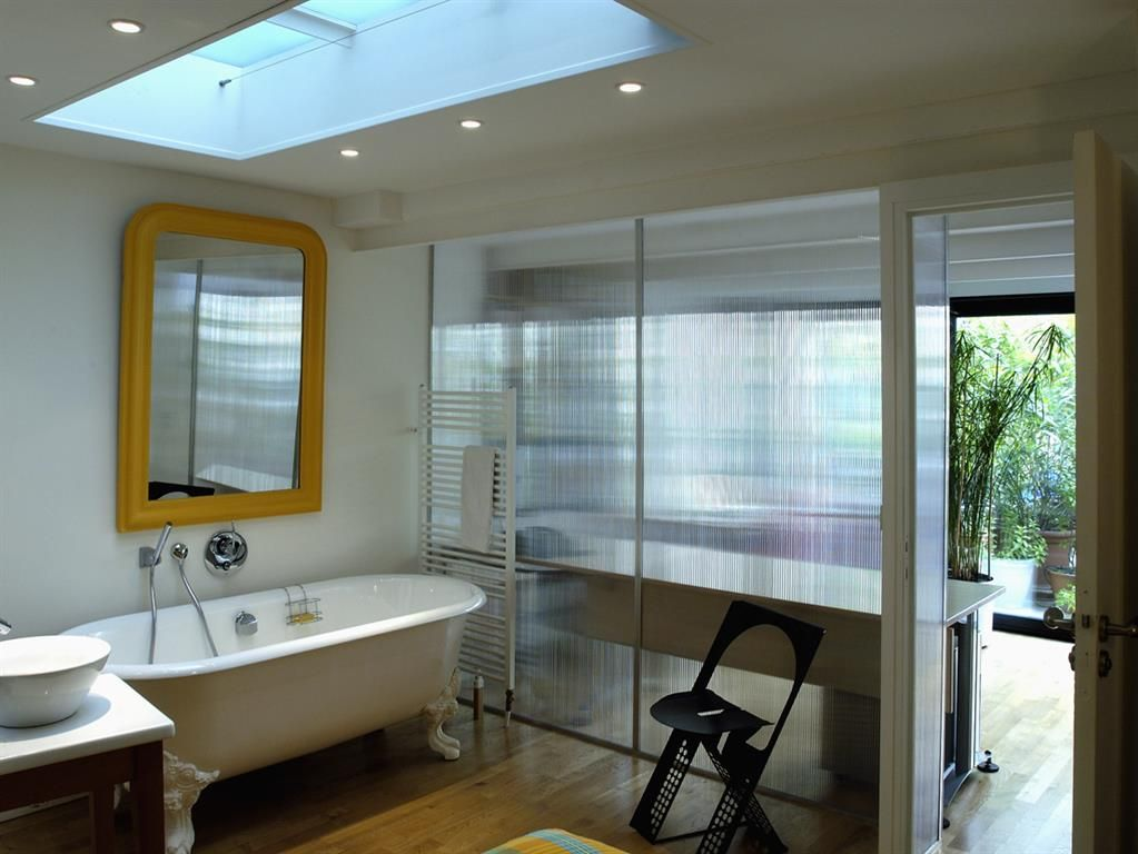 Bathroom in contemporary style half-open to the bedroom with a