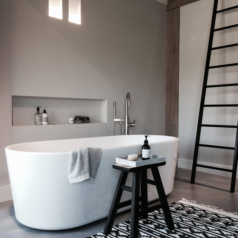 Nis in de muur voor stijlvolle opbergruimte losstaand bad landelijke stijl in de badkamer - Interieur decoratie badkamer ...