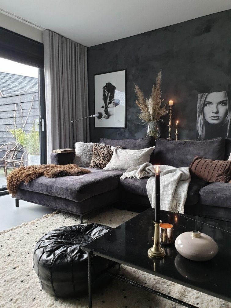 Photo of een interieur met veel zwart, wit en een vleugje bruin