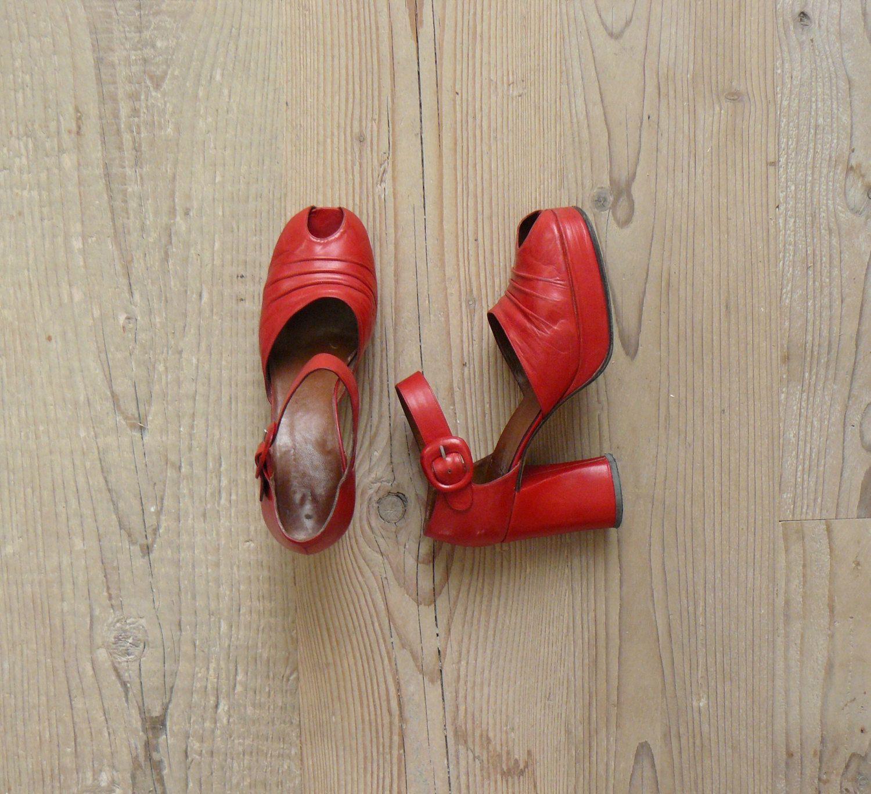 Vintage 1970s platforms. 70s red platform heels. leather peeptoe platforms de BottegaVintage en Etsy https://www.etsy.com/es/listing/116505647/vintage-1970s-platforms-70s-red-platform