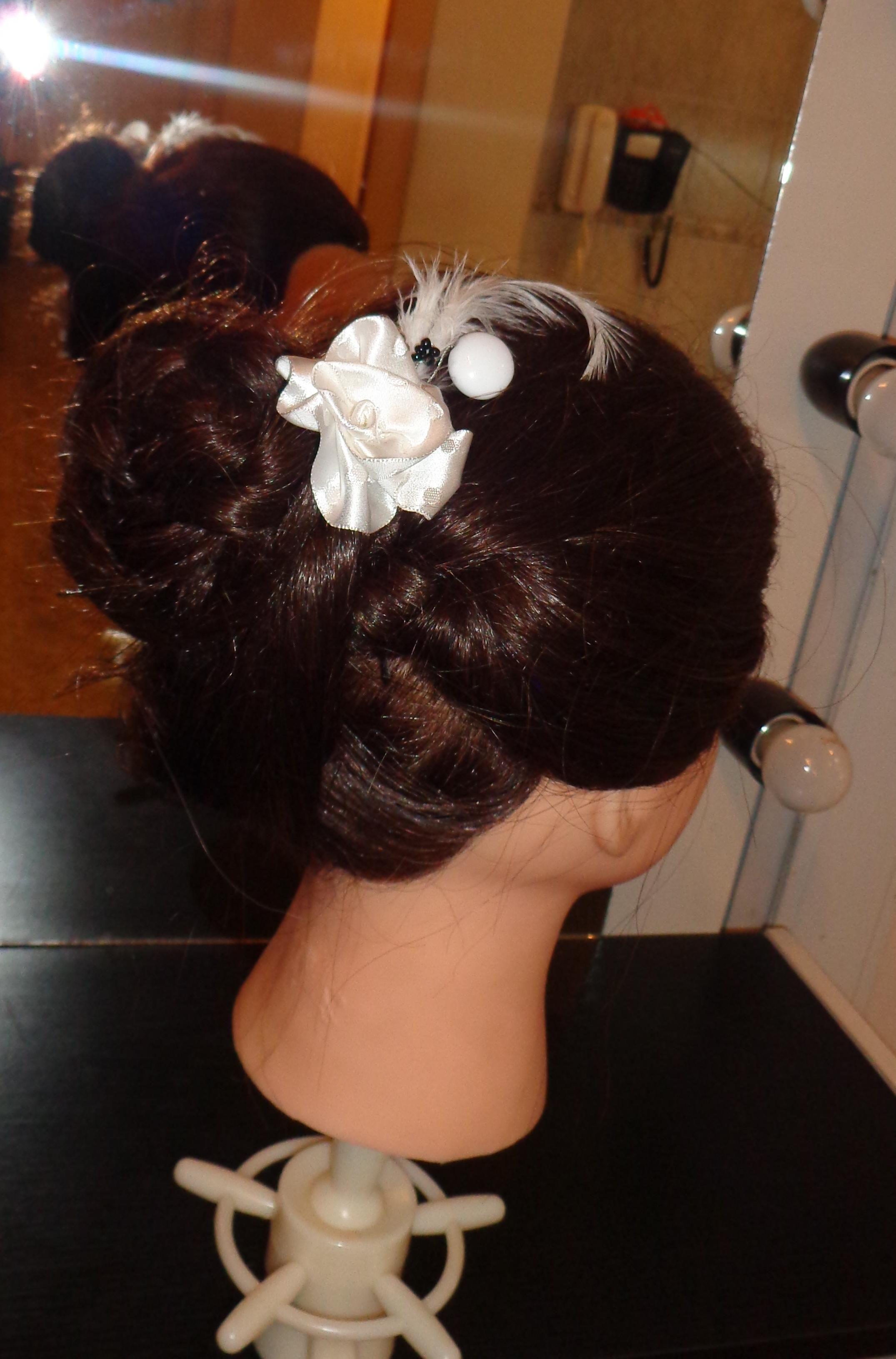 Tocado. Rosa de raso blanca, plumas y mostacillas.