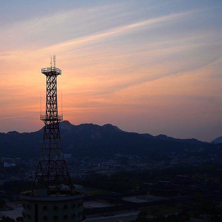 Sunset over Seoul  #seoul #korea #southkorea #igerskorea #igkorea #igseoul #igersseoul #tower #sunset #sunsetlovers #redskyatnight #seoul_korea  #seoullovers
