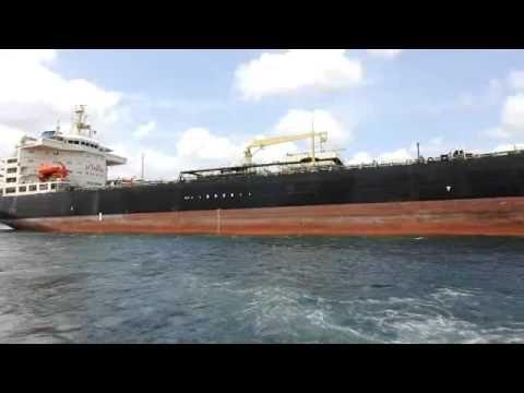 Curacau Willemstad. Super tanker Platinum vaart de Sint Annabaai in Willemstad binnen.