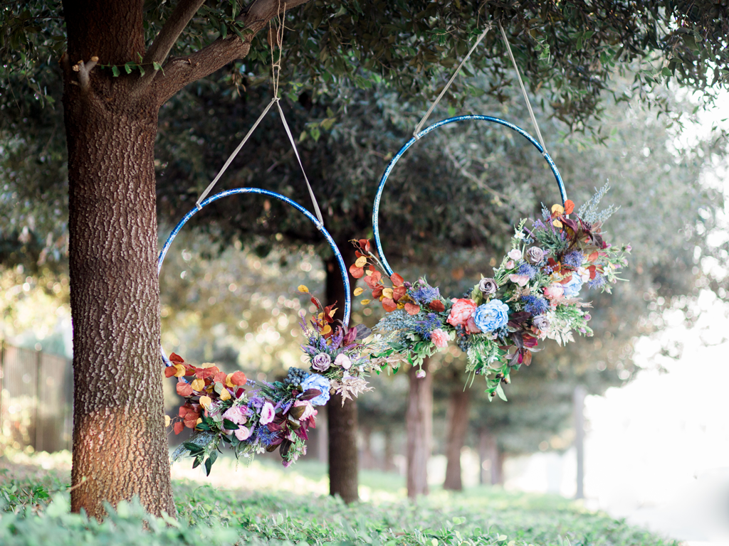Diy hula hoop wreath hula hoop hula and wreaths for Hula hoop decorations