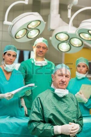 Cirujano con su equipo en una sala de operaciones. Foto de archivo.