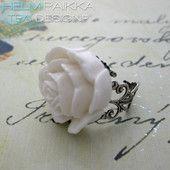 Valkoinen-hopea ruususormus 10€
