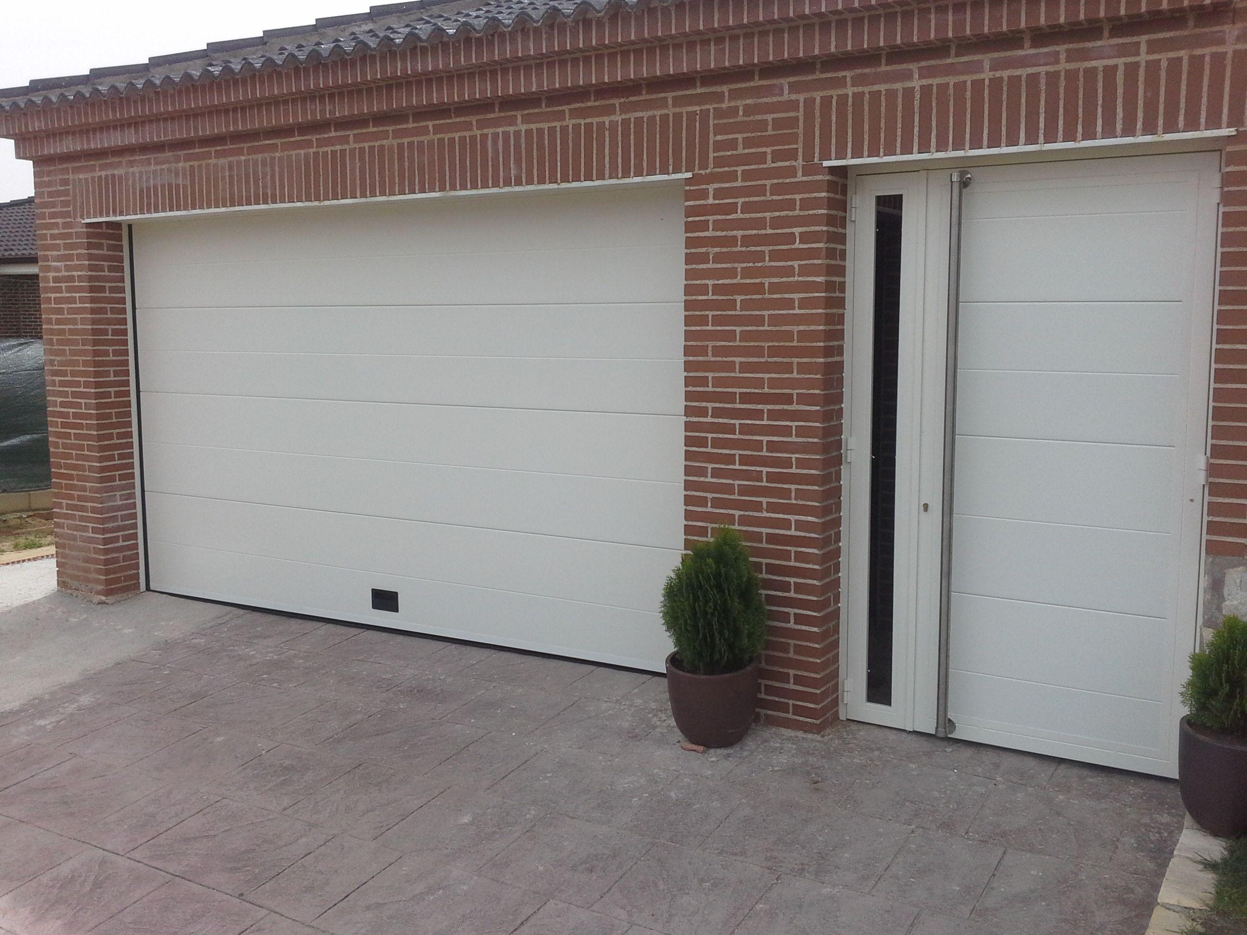 Puerta Automática Seccional Blanca Con Peatonal Haciendo Juego Puertas De Garaje Automaticas Puertas De Garaje Puertas Automaticas