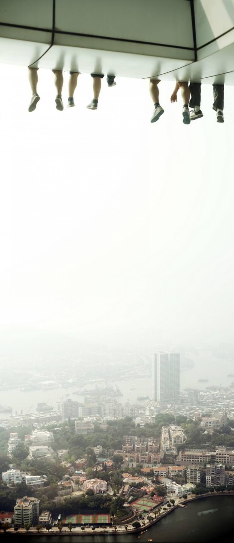 Macau, Çin'de Havada Ayaklarını Sallayanlar