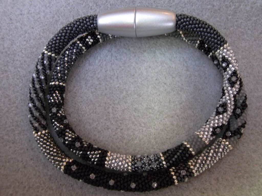 Ich habe d ie Black Beauty mit 15/0 Perlen gehäkelt. Sie hat 6 mm ...