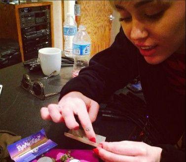 Miley Cyrus armando un cigarrillo de 'marihuana'
