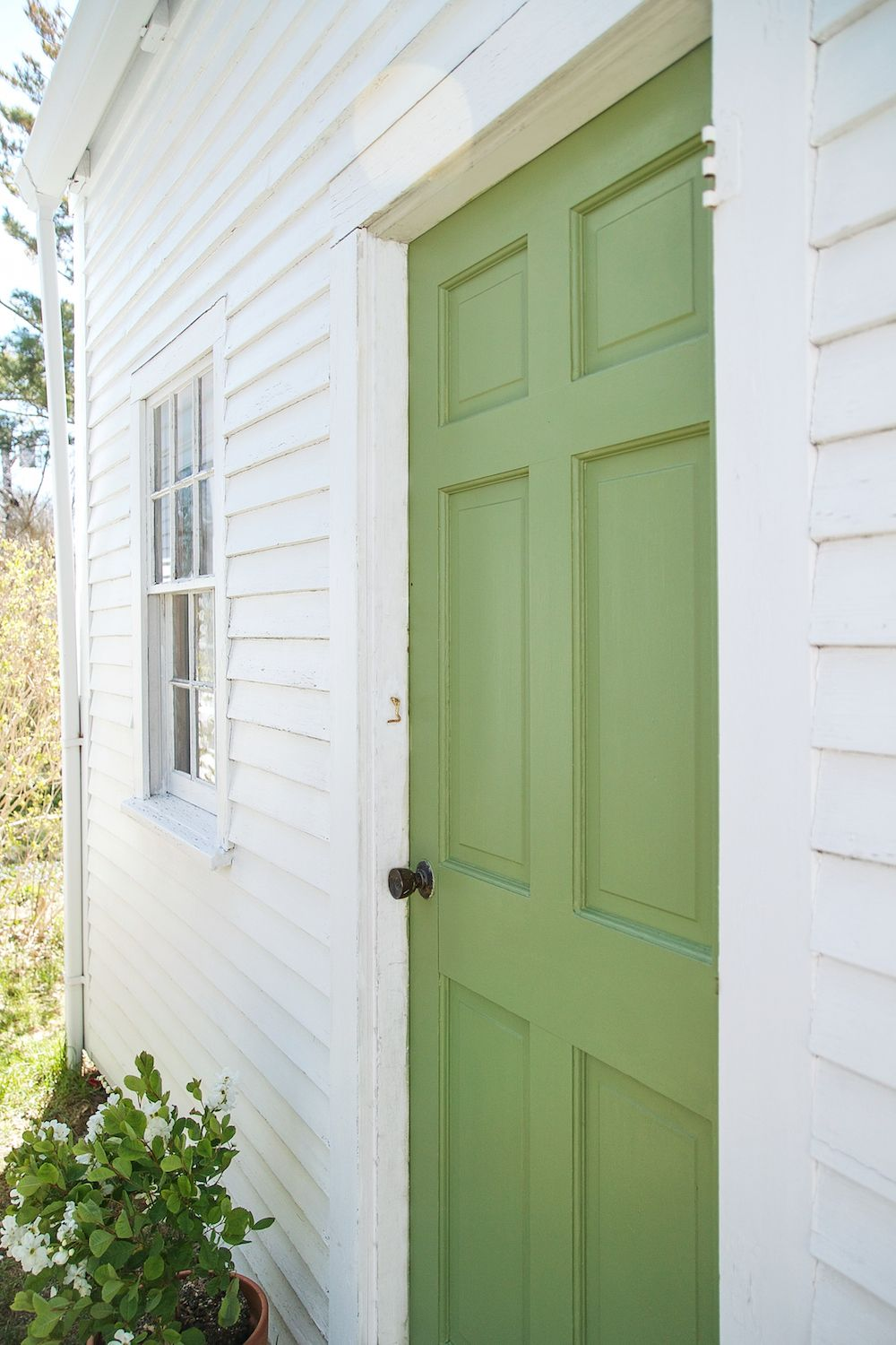 A Spring Green Door On Cape Cod With Farrow Ball Paint Gardenista Green Front Doors Exterior Paint Colors For House Green Exterior House Colors