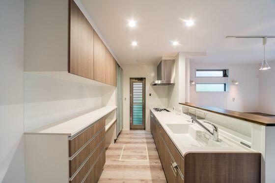 対面キッチン と背面にw2700mmの カップボード ショールームのようなキッチンスペースです キッチンデザイン 無印良品の家 リビング キッチン