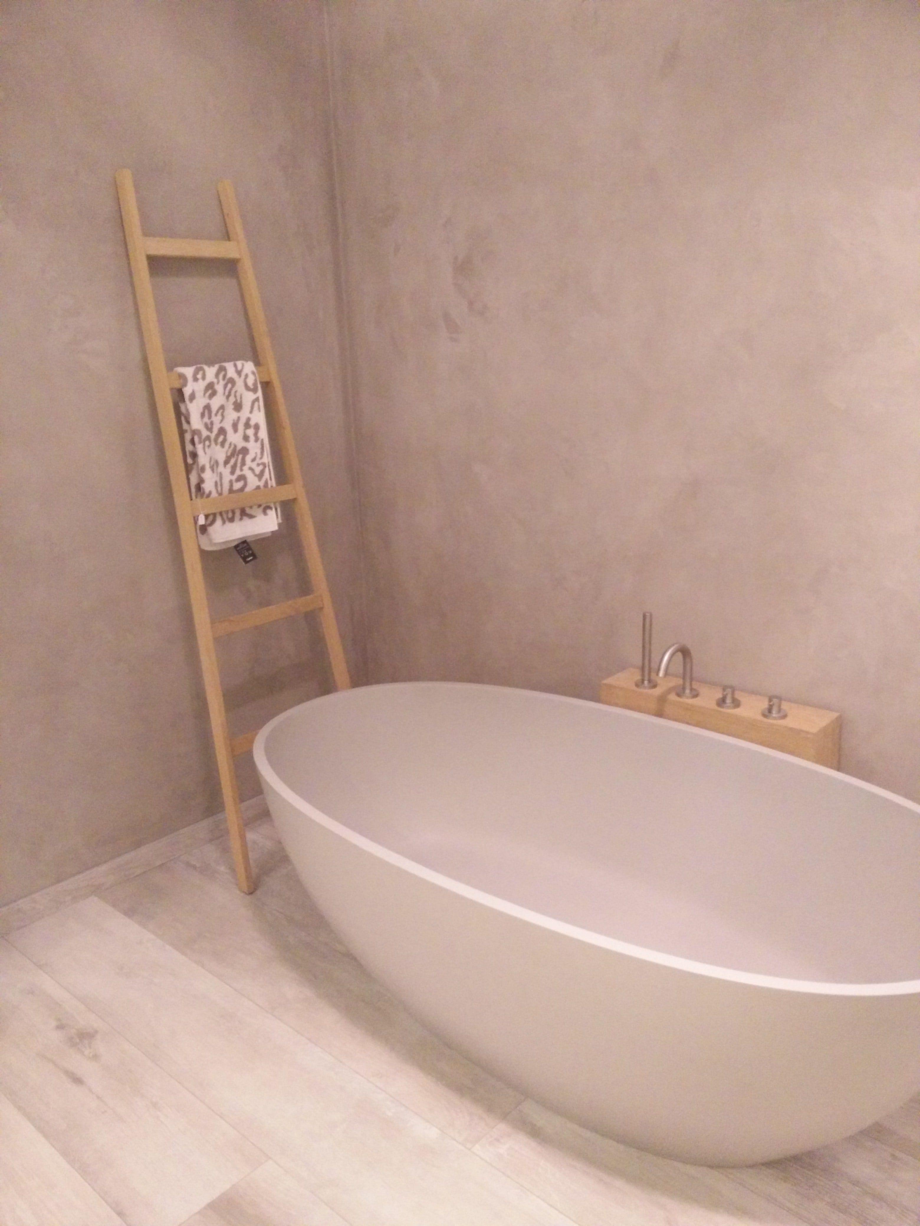 super strak modern bad in beton look kleur mooi voor een rustige