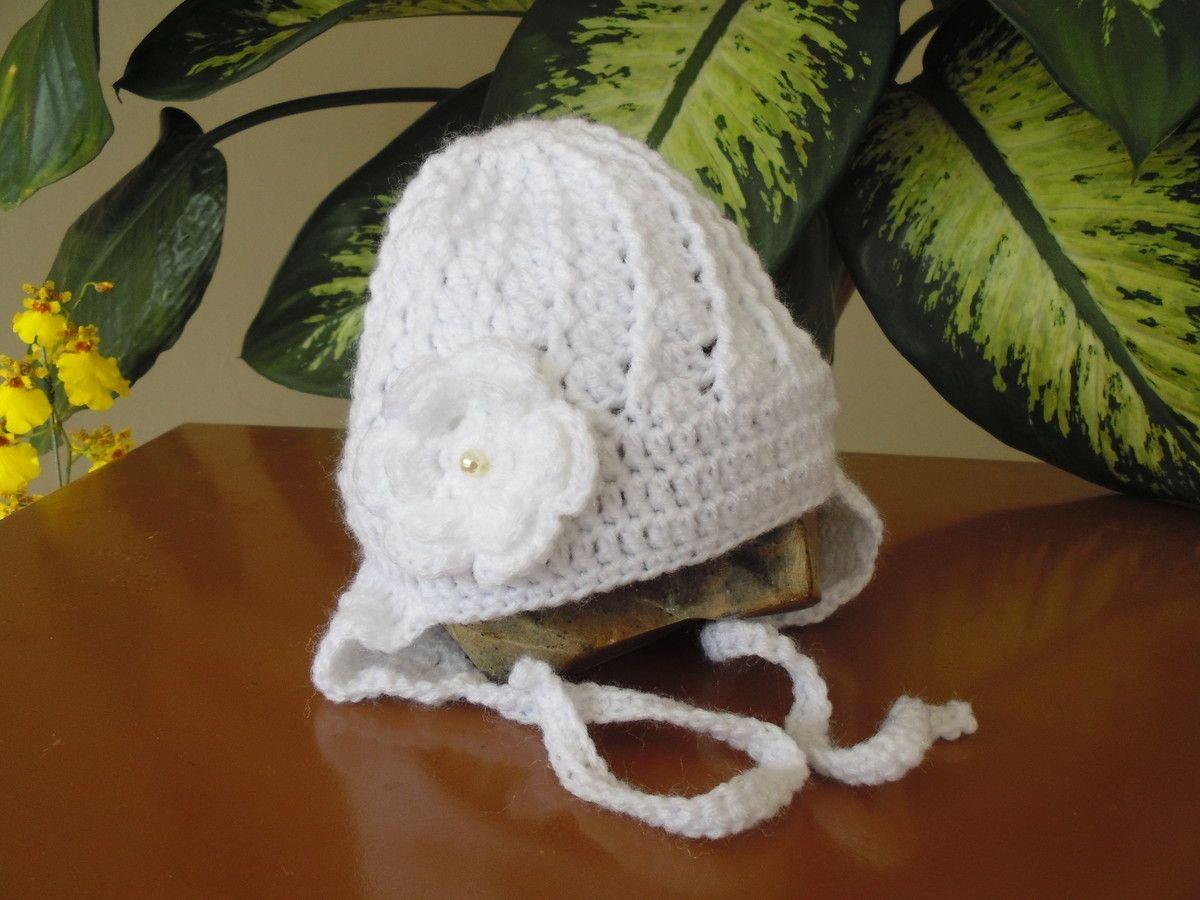 Touca para deixar sua bebê bem quentinha. <br>Feita em crochê com lã para bebê, tem uma flor do lado bordada com uma pérola no centro e cobre as orelhas. <br> <br>Tamanhos (circunferência): <br>Rn - 36 - 38 cm <br>1-3 meses (38-40 cm) <br>3-6 meses (42-44 cm) <br> <br>Por favor coloque o tamanho e a cor na hora da compra.