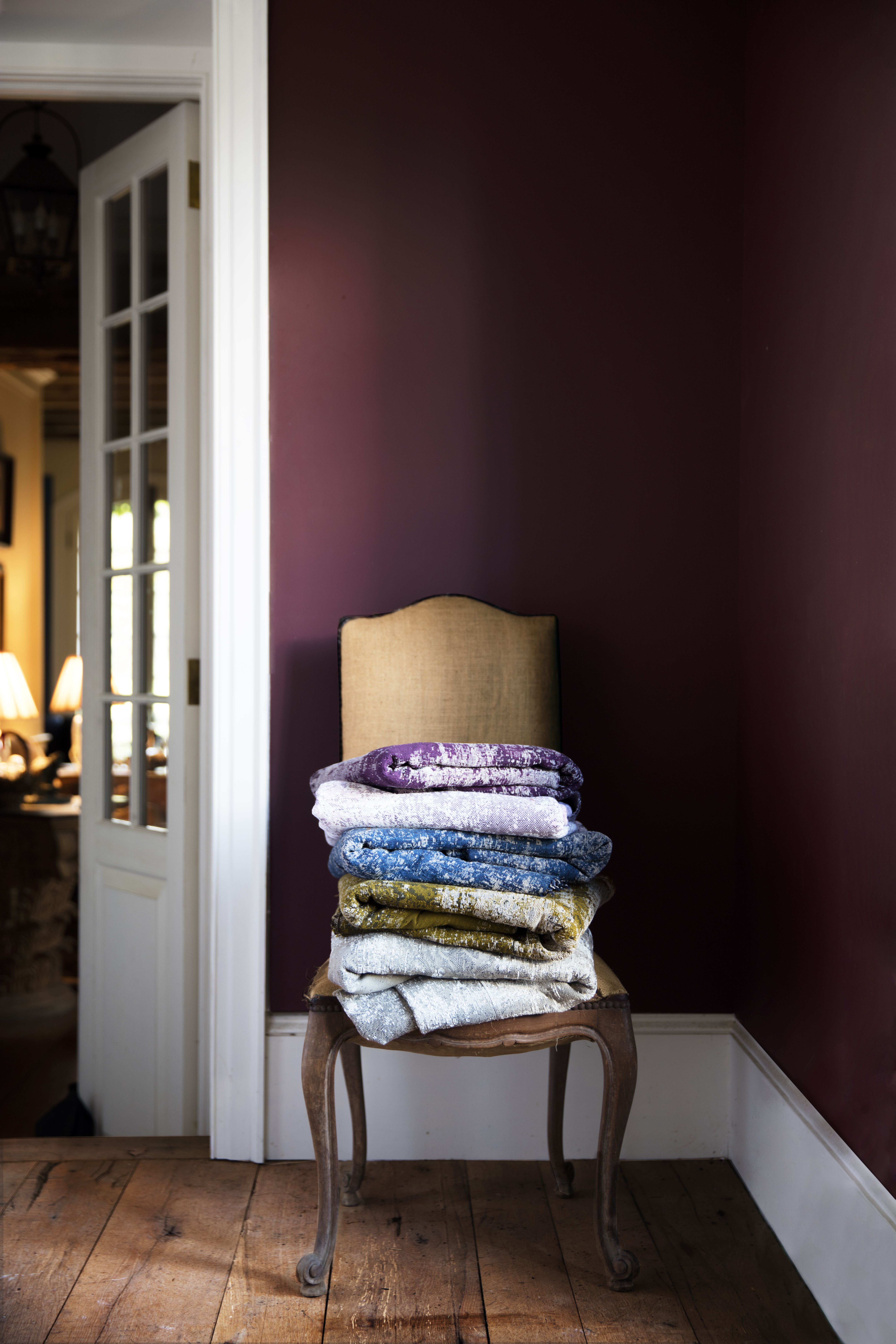 Benjamin Moore S New Luxe Paint Line Is What Designers Have Been Waiting For Wandfarbe Schlafzimmer Lila Wandfarbe Schlafzimmer Streichfarben