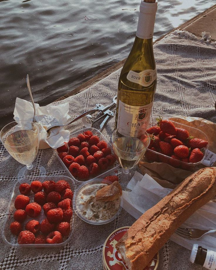 Champagner mit Himbeeren, Erdbeeren, Brot und Dip Sommer Picknick Flatlay ...