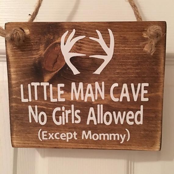 Photo of Bedårende Rustic Little Man Cave Ingen jenter tillatt (unntatt mamma!) ™ med gevir …