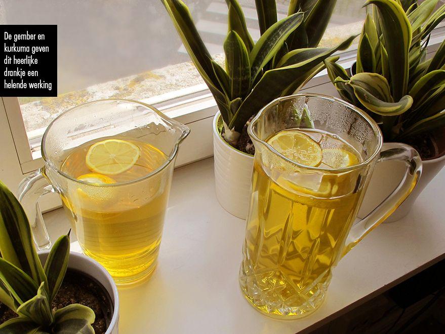 5 cm gember 5 cm kurkuma enkele takjes tijm enkele takjes citroentijm 2 citroenen water 15 stevia druppeltjes Versnij de gember en kurkuma in stukjes in de kookpot en voeg er de takjes tijm en citr…