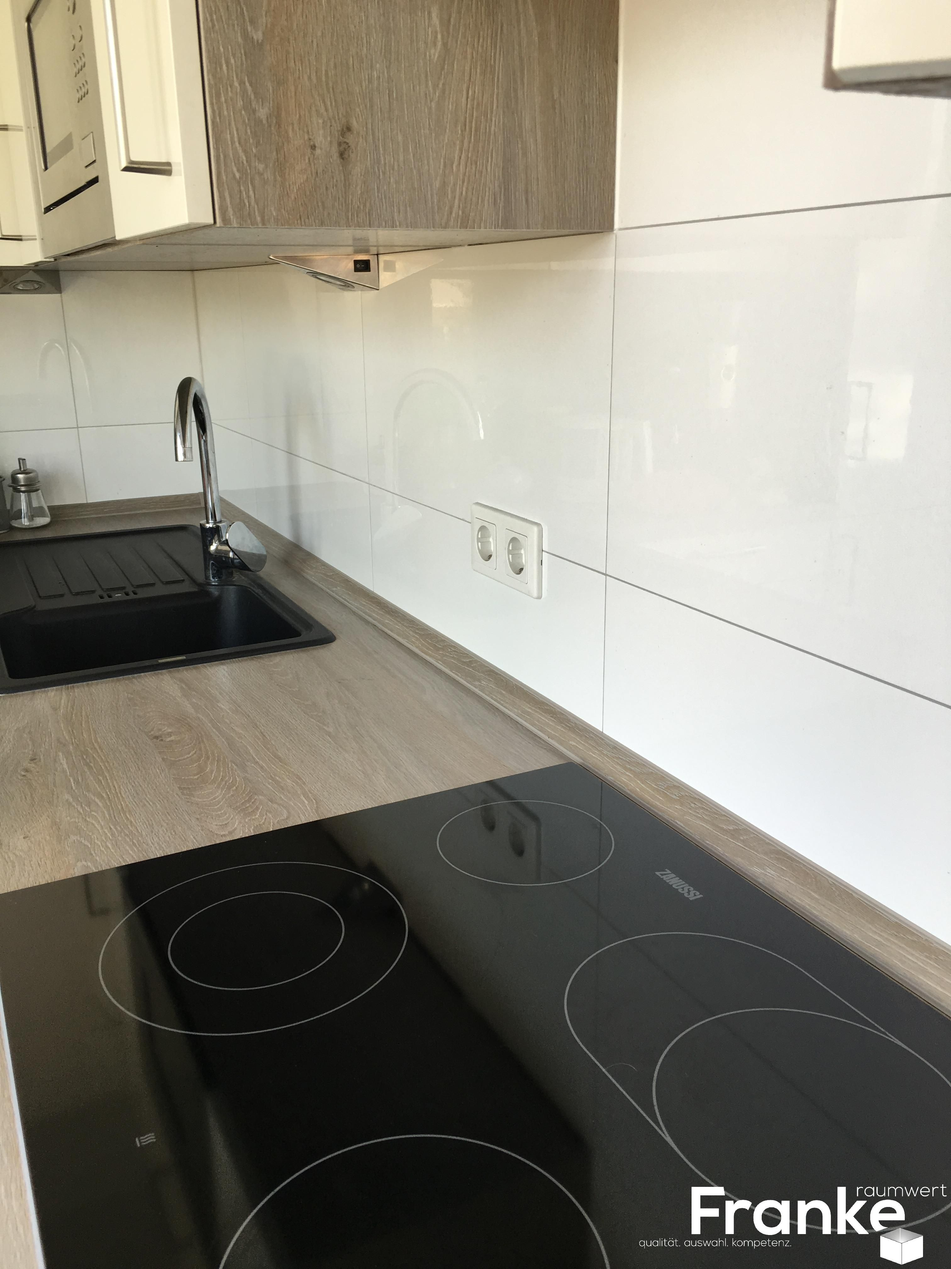 gro formatige wandfliesen sind viel reinigungsfreundlicher und moderner k che k chen. Black Bedroom Furniture Sets. Home Design Ideas