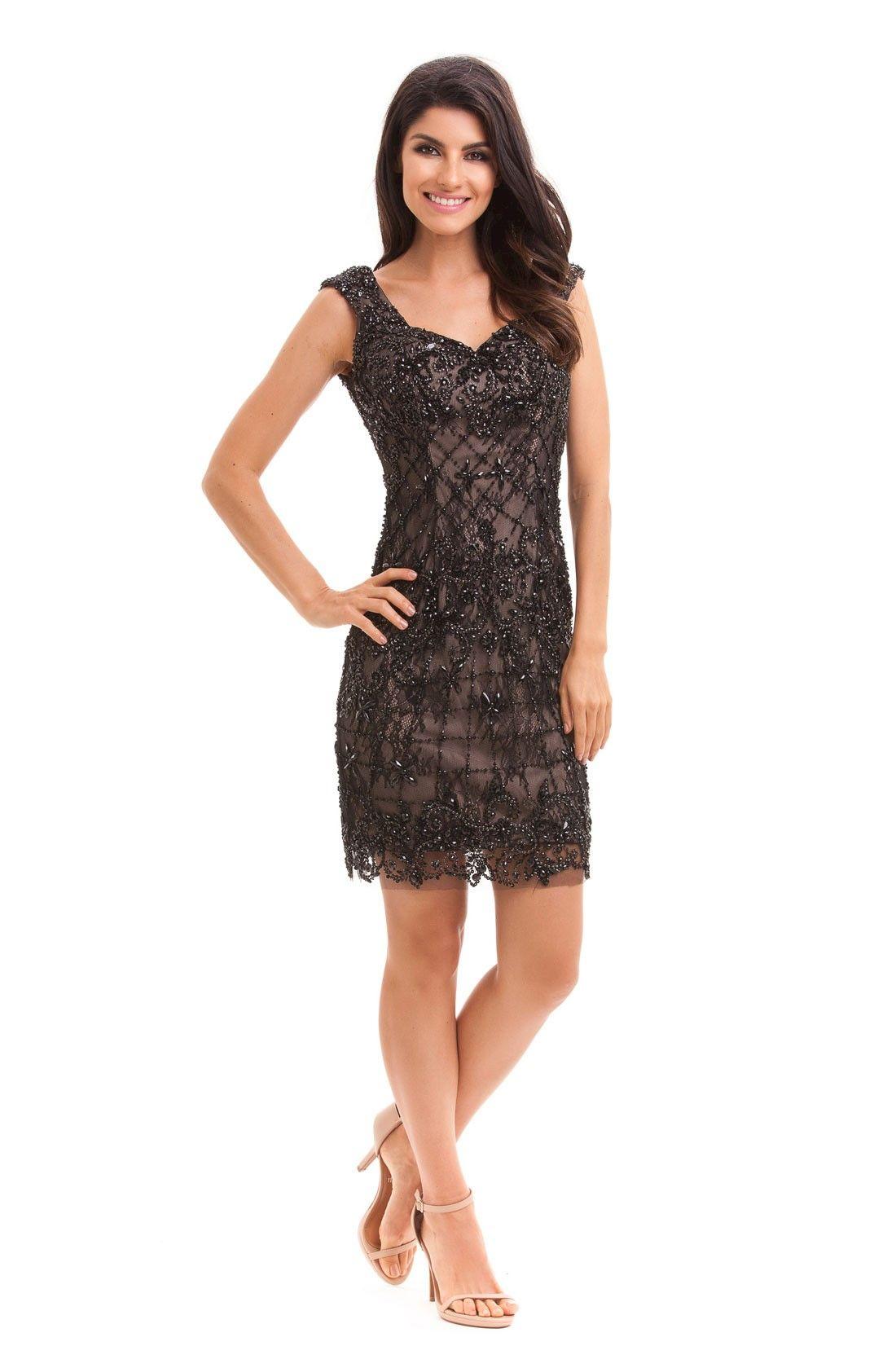 d92f95734 Vestido curto de tule bordado com pedrarias, visual glamuroso e moderno que  pode ser usado
