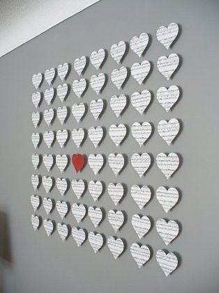 Leuk idee! Knip hartvormige stukjes uit oude liefdesbrieven, mooie liedjesteksten, ... of laat op een feestje al je vrienden een leuke boodschap op een hartvormig papiertje schrijven en maak achteraf een strakke collage op je muur